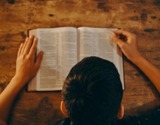 Czytanie fragmentów Biblii